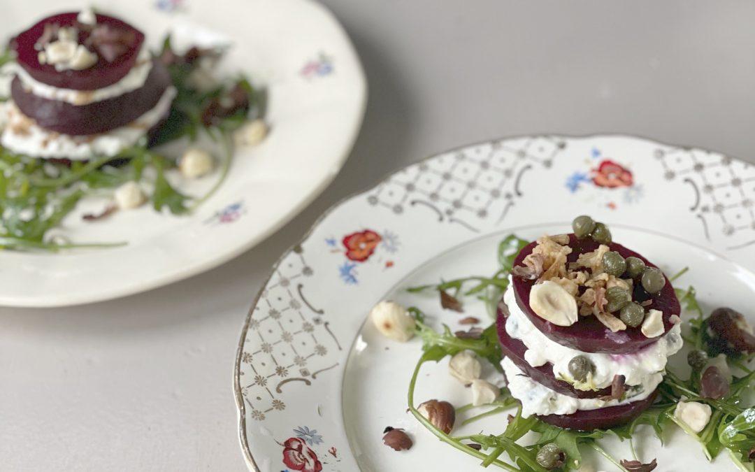 Tompouce van biet met ricotta, mierikswortel, hazelnoot en rucola